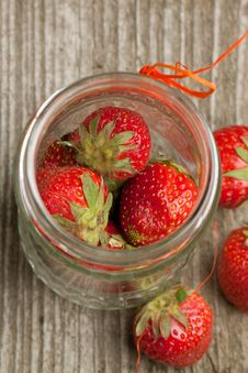Free Pot Of Fresh Strawberry Royalty Free Stock Photography - 19781027