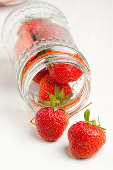 Free Pot Of Fresh Strawberry Stock Photo - 19781170