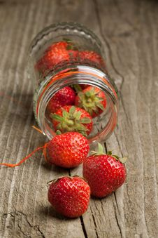 Free Pot Of Fresh Strawberry Royalty Free Stock Photos - 19781358
