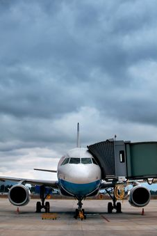 Airplane At An Airport With Passenger Gangway Royalty Free Stock Photography