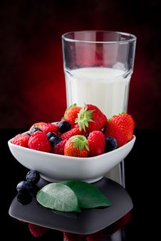 Free Milk And Berries Royalty Free Stock Photo - 19797295