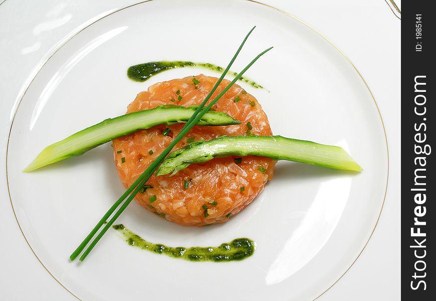 Salmon tartar with asparagus