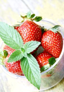Free Mint Leaf On Fresh Strawberries Stock Photos - 19810053
