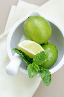 Free Limes And Mint Royalty Free Stock Photography - 19832847