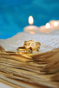 Free Wedding Rings On A Book Royalty Free Stock Photography - 19842257