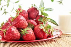Free Strawberries With The Cream Royalty Free Stock Images - 19850219