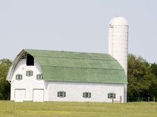 Free Beautiful White Barn Royalty Free Stock Images - 19904259