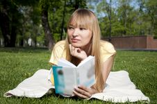 Free Young Woman Reading Book In Park Royalty Free Stock Photo - 19935415