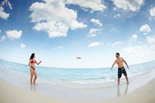 Young Happy Man And Woman Playing With Frisbee Royalty Free Stock Images
