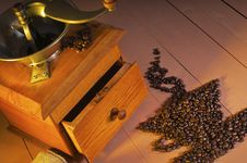 Free Vintage Coffee Grinder And Coffee Beans Royalty Free Stock Images - 19985849