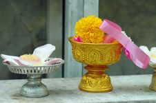 Free Flower Offerings To The Buddha Royalty Free Stock Image - 2008196