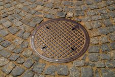 Free Round Storm Drain In The Road Royalty Free Stock Images - 20006449