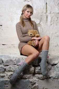 Free Sexy Girl With Teddy Bear Sitting On Wall Royalty Free Stock Photos - 20010698