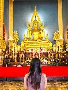 Free Woman Pray The Shinarath Buddha In Bangkok Stock Images - 20032224