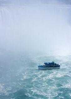 Free Tourboat At Niagara Falls Royalty Free Stock Images - 20049499