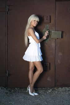 Free Girl Opens Old Garage Royalty Free Stock Photography - 20051857