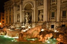 Fountain De Trevi At Night Stock Images