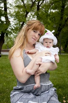 Free Mum And Baby In Park Royalty Free Stock Images - 20091799