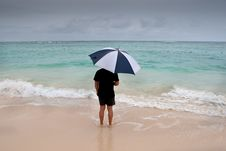 Free Tanned Man Stand With Umbrella In Blue Sea Royalty Free Stock Photos - 20101448