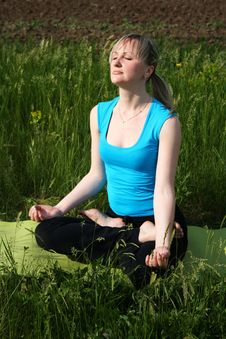Free Girl Doing Yoga Outdoors Royalty Free Stock Images - 20102409
