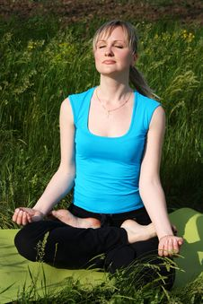 Free Girl Doing Yoga Outdoors Stock Photography - 20102432