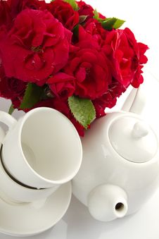 Free White Crockery For Tea And A Bouquet Of Roses Royalty Free Stock Photography - 20108537