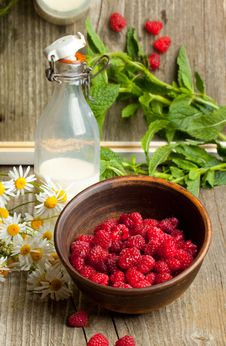 Free Fresh Ripe Raspberries And Milk Stock Images - 20115114