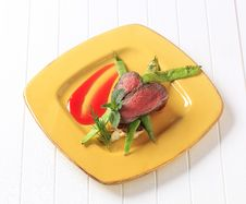 Beef Steak And Snow Peas Royalty Free Stock Images