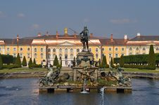 Free Sankt Petersburg Sightseeing: Peterhof Palace Royalty Free Stock Photo - 20127685