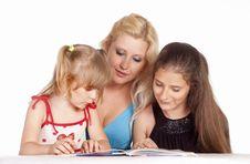 Free Three Girls Reading Royalty Free Stock Photography - 20129437