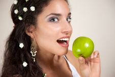 Free Beautiful Woman With Apple Royalty Free Stock Images - 20136989