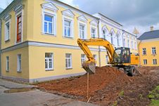 Excavator Near Townhouse Stock Photography