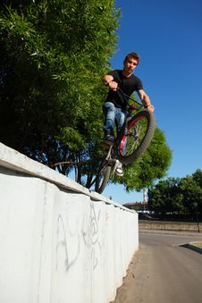 Free Boy Jumping From Wall On Bmx Royalty Free Stock Photography - 20183867