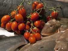 Free Fish And Cherry Tomato  In Marketplace Stock Photo - 20277740