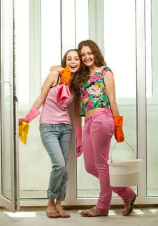 Free Girls Washing The Window Stock Photography - 20285432