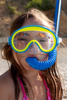 Free Little Girl With Mask And  Snorkel For Diving Royalty Free Stock Photo - 20295745