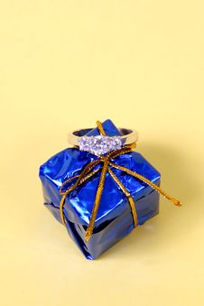 Free Wedding Ring And Blue Gift Box Royalty Free Stock Images - 2033209