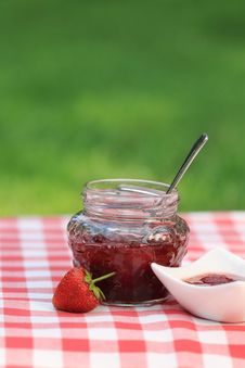 Free Jar Of Strawberry Jam Stock Images - 20314904