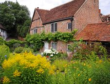 Free Traditional English Village Cottage And Garden Royalty Free Stock Photo - 20334025