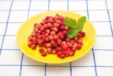 Free Strawberries On A Yellow Plate Stock Photography - 20342922