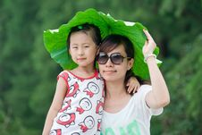 Free Chinese Girl And Mum With Lotus Leaf Hat Stock Images - 20366124
