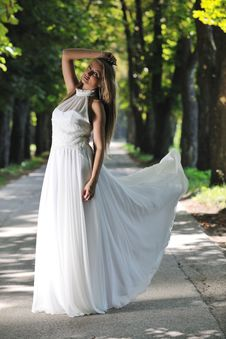 Free Beautiful Bride Outdoor Royalty Free Stock Images - 20372289