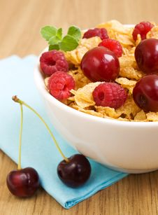 Free Corn Flakes With Berries Royalty Free Stock Images - 20380699