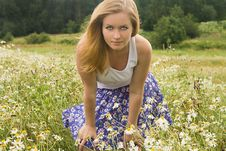 Free Pretty Girl Relaxing Outdoor Royalty Free Stock Photography - 20390357