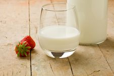 Free Milk On Wooden Table With Strawberry Royalty Free Stock Photos - 20391628