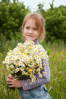 Free Girl With A Bouquet Of Daisies Royalty Free Stock Image - 20405236