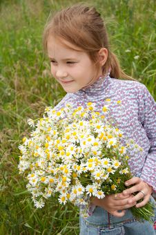 Free Girl With A Bouquet Of Daisies Stock Photography - 20405332