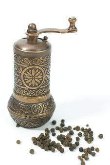 Free Pepper Grinder With Pepper Grains Royalty Free Stock Photo - 20407635