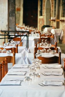 Free Empty Restaurant Tables Royalty Free Stock Photos - 20408928