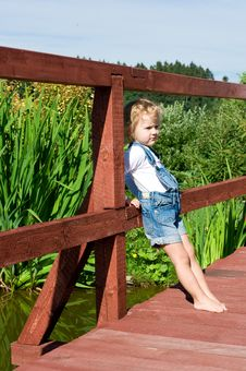 Free Little Girl Is Standing On The Bridge Royalty Free Stock Photography - 20416817